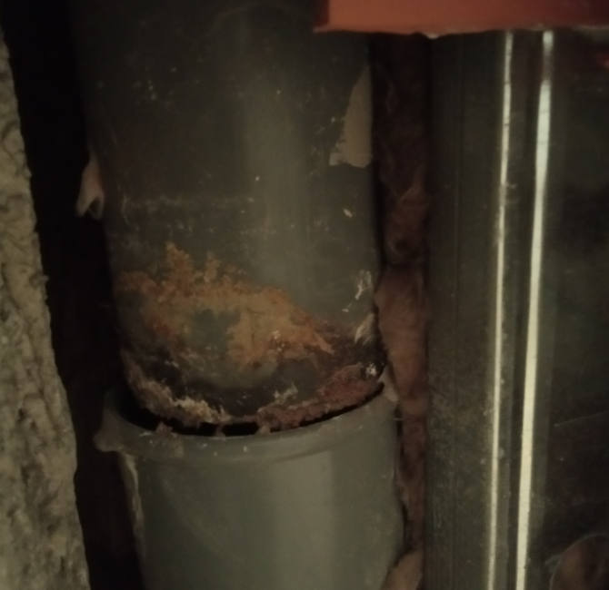 Junta de la tubería rota que provoca filtraciones de agua.