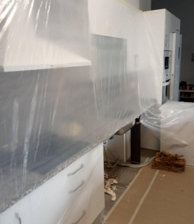 Reparar filtración de la bajante en la cocina.